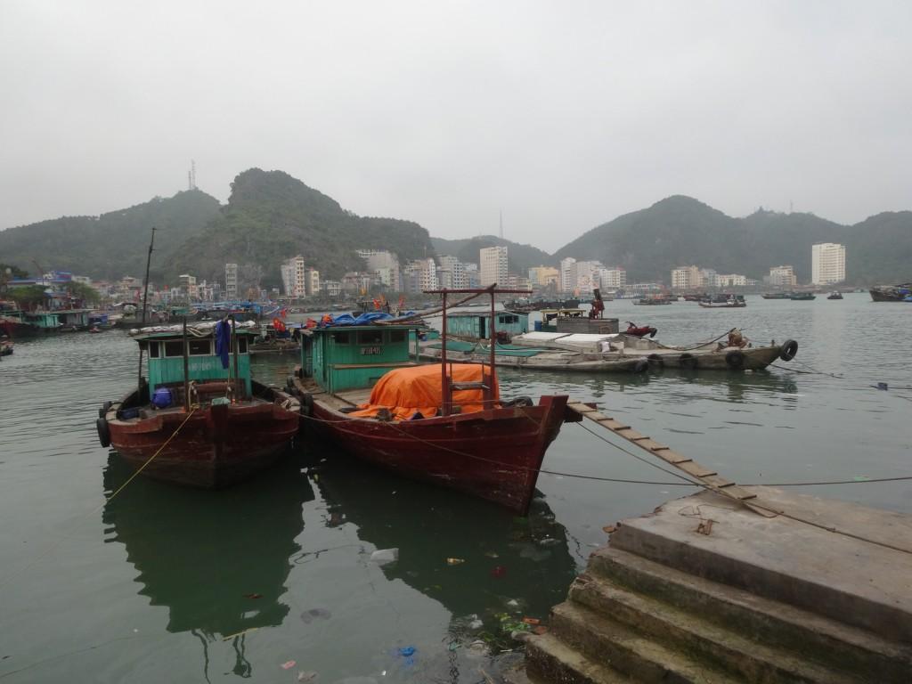 Vue de Cat Ba town du port de pêcheurs