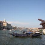 Vue sur le canal principal à Venise