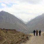 Tadjikes marchant près du fort de Yamchoun