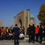 Ouzbèkes posant devant le Registan