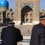 Deux ouzbèkes contemplant le Registan