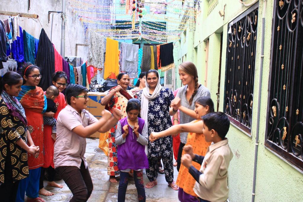 Audrey dansant avec nos hôtes, Ahmedabad, Inde