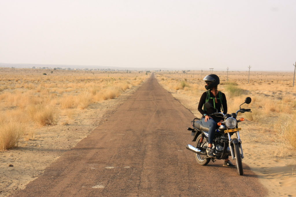 Audrey en moto dans le désert, Sam, Rajasthan, Inde