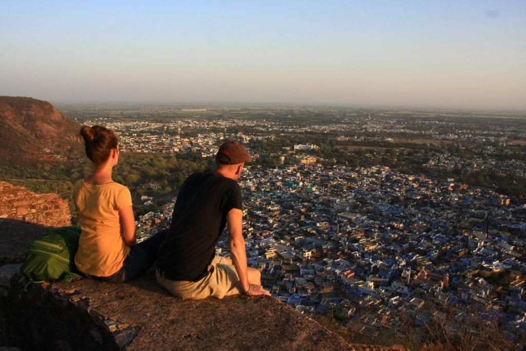 Nous observant la vue depuis le fort de Taragarh, Bundi, Rajasthan, Inde