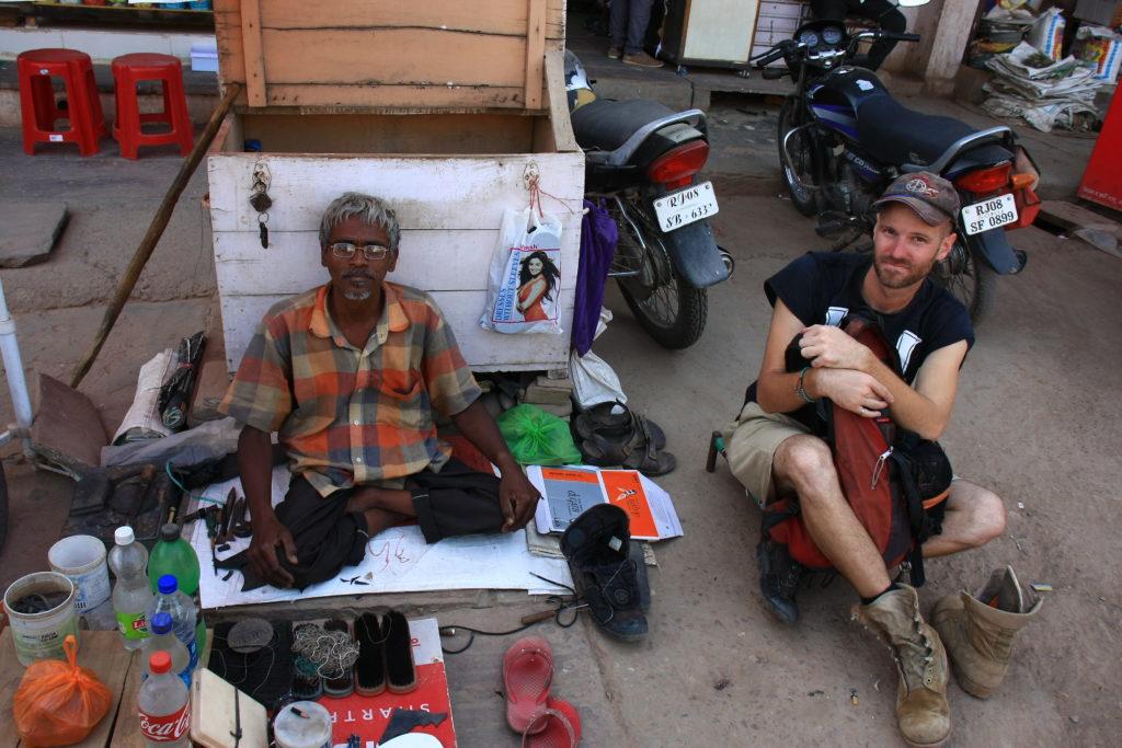 Moi avec un cordonnier de rue, Bundi, Rajasthan, Inde