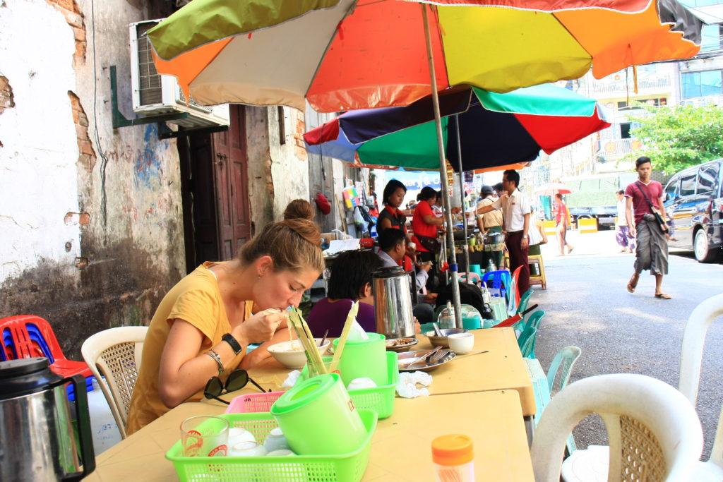 Repas dans une cuisine de rue, Rangoun, Myanmar