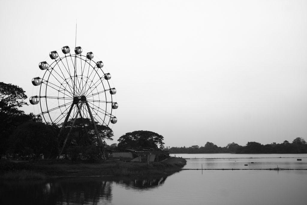 Grande roue sur le lac Inya, Rangoun, Myanmar