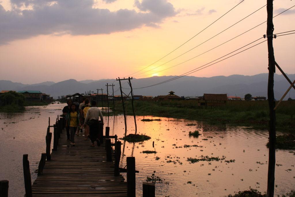 Coucher de soleil sur le pont, Lac Inle, Myanmar