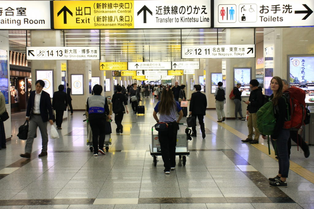 Dans la gare de Shinkansen de Kyoto