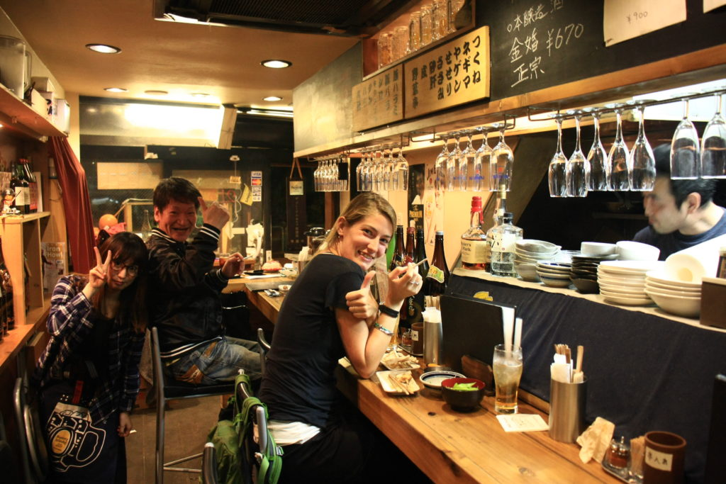 Dans un izakaya à Tokyo, Japon