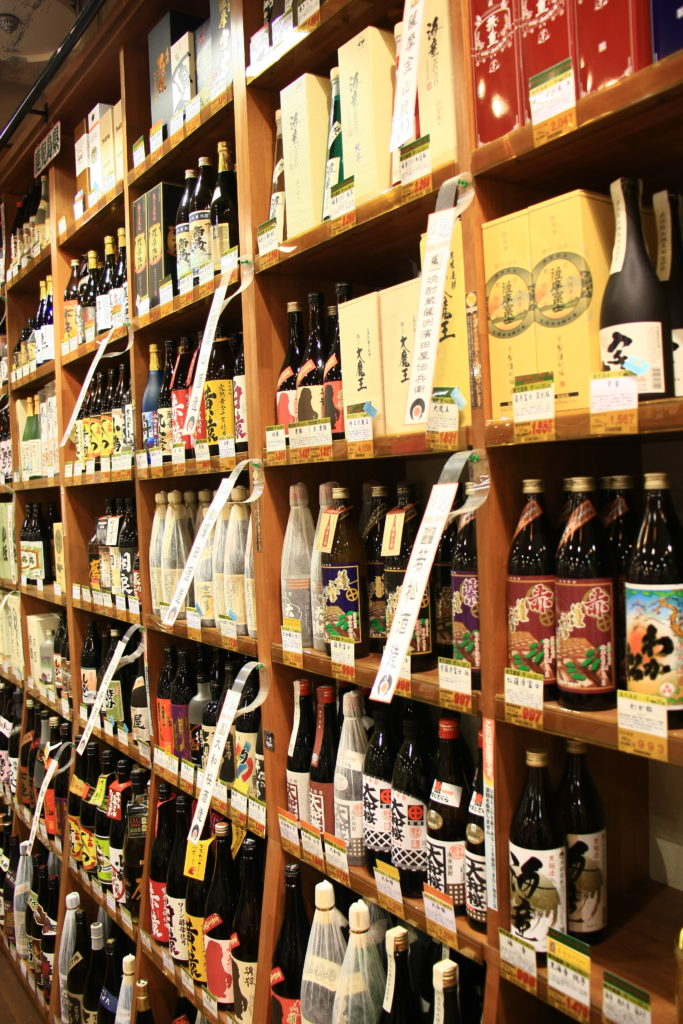 Étagère de saké, Tokyo, Japon