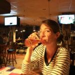 Audrey dégustant une bière