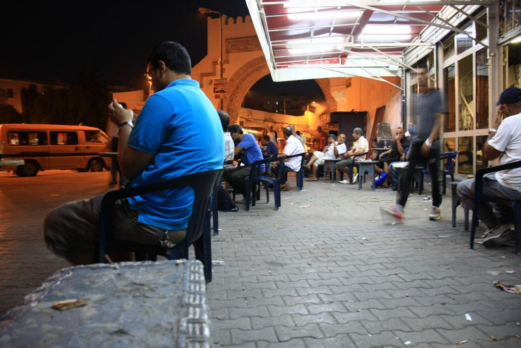 Hommes assis prenant un café